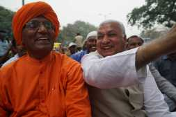 Swami Agnivesh and Arif Mohammad sharing a joke